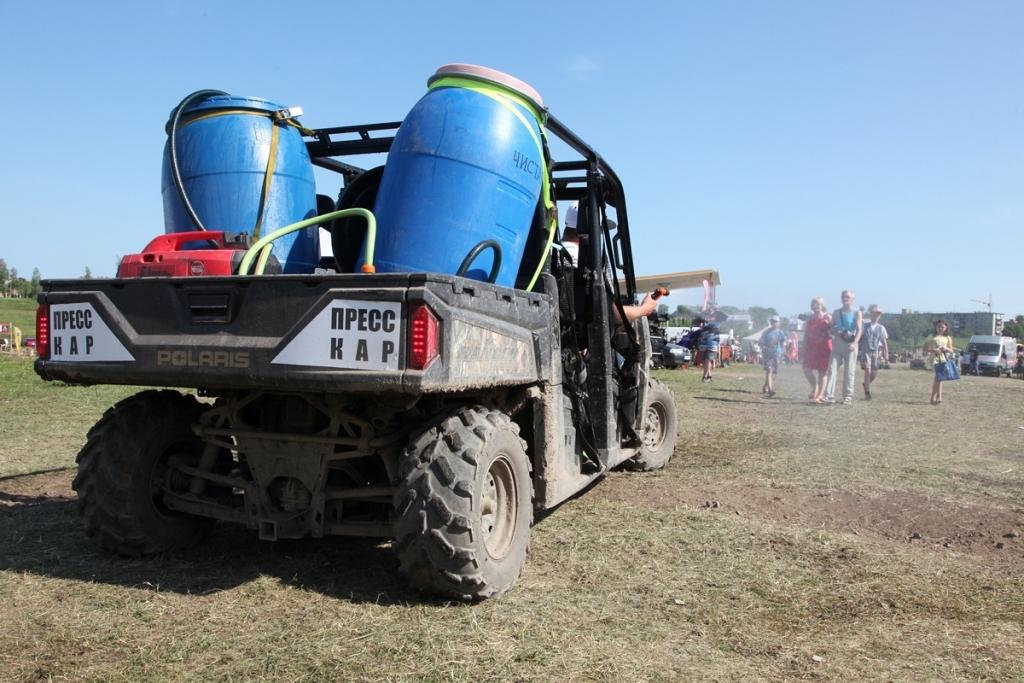 А также организаторы квадрофестиваля дополнительно оснастили Polaris Ranger 900 Crew бочкой для воды и осуществляли полив трассы и зрительской площадки фестиваля, спасая зрителей и спортсменов от пыли.